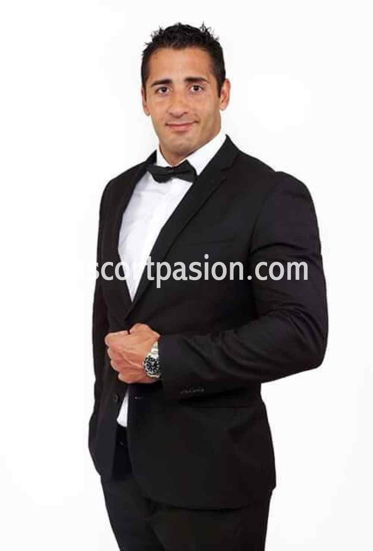 Escort masculino en Barcelona con traje de negocios