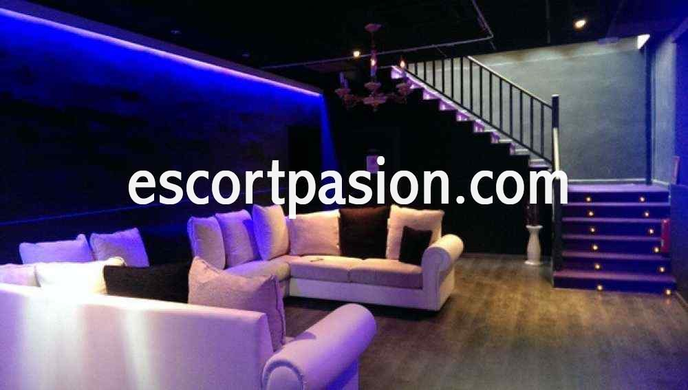 Puticlub en Valencia Hot secret con muebles blancos y putas