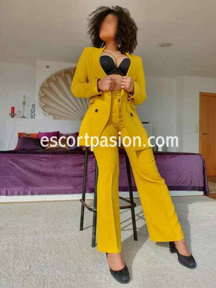 escort en Donosti elegante puede ir contigo a fiesta o eventos