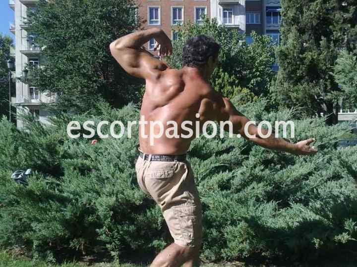 masajista erotico en Madrid mostrando sus músculos
