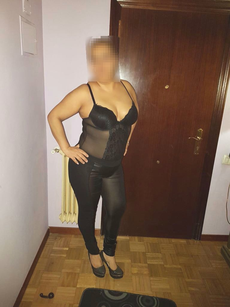 puta en Aviles vestida de negro en su piso.