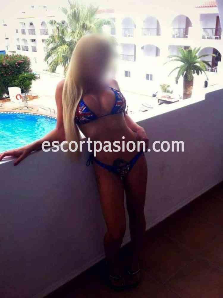 escort en Madrid con sexy bikini azul.