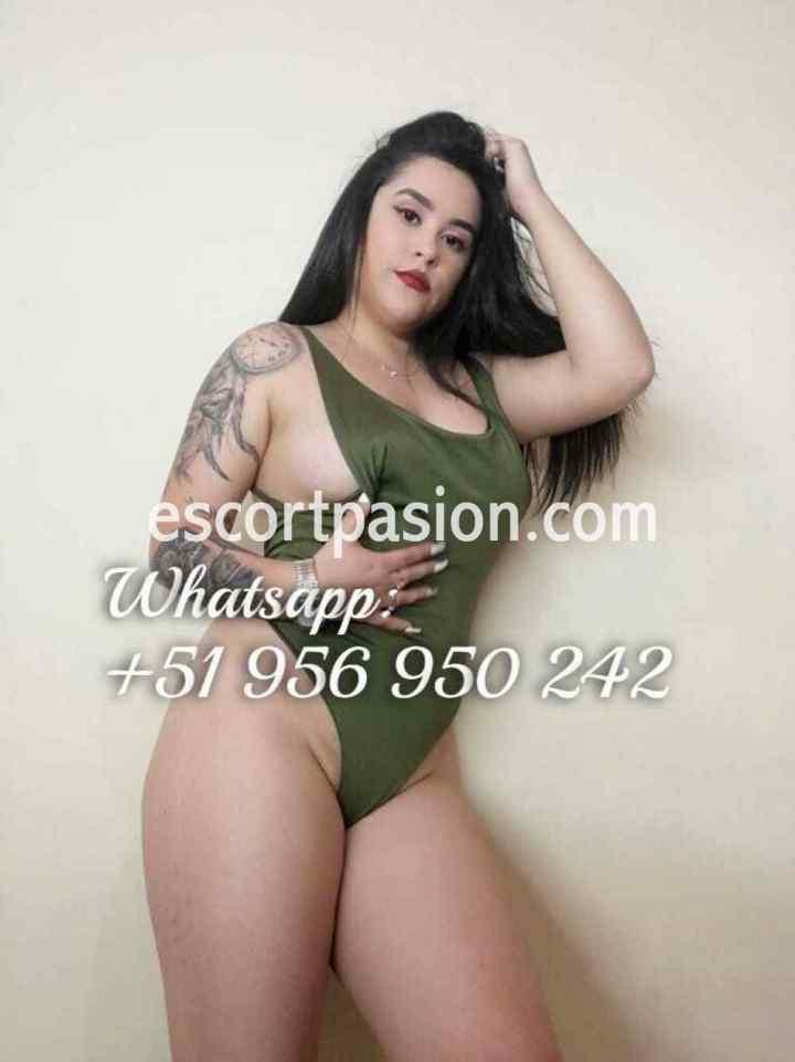 chica webcam con tatuajes en el cuerpo es guapa y sexy
