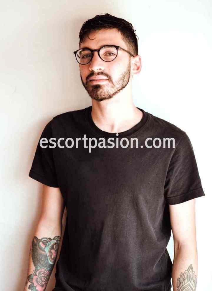 gigolo moreno tiene tatuajes en el cuerpo, es morboso y apasionado