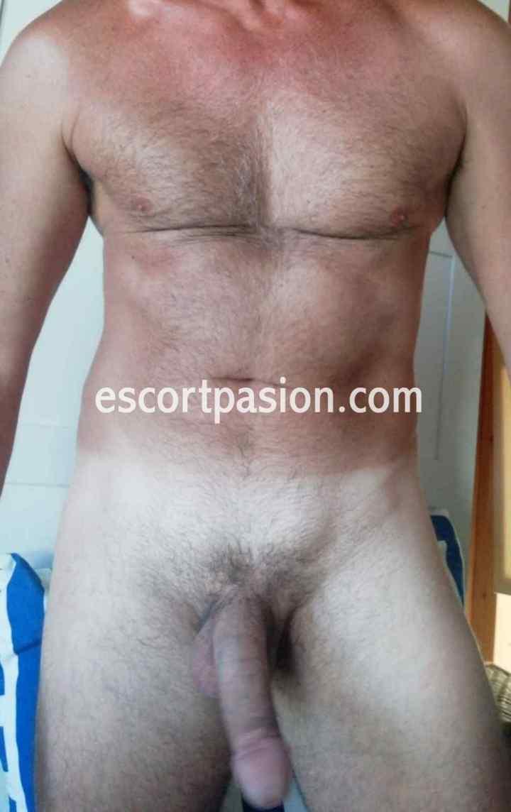 gay maduro es activo y pasivo y disfruta de caricias y juegos previos