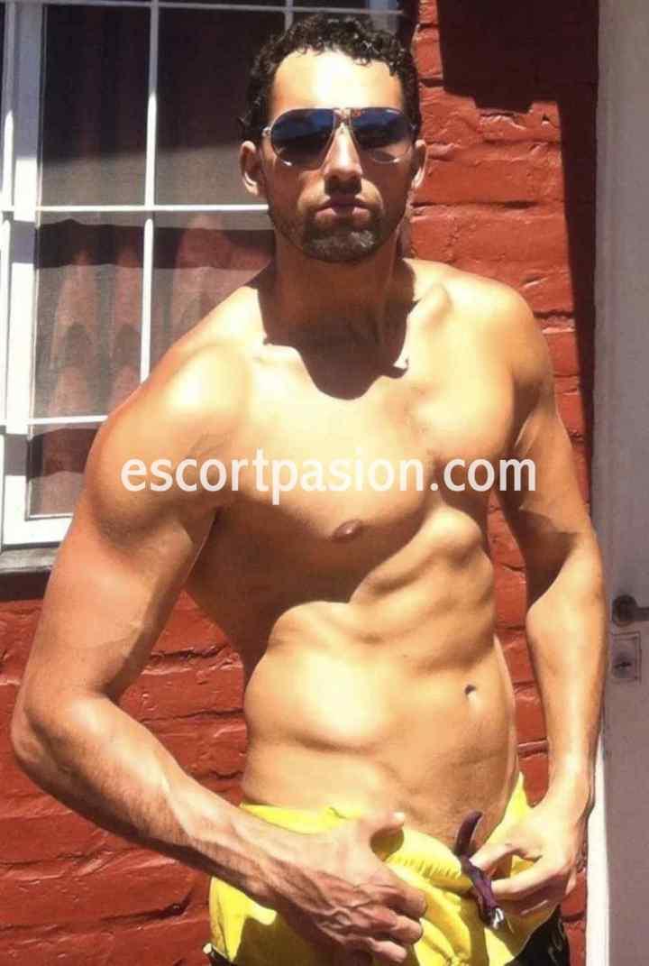 gigolos españoles de cuerpos atléticos disfrutan ofreciendo masajes placenteros