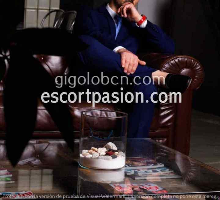 gigolo en Barcelona en su sofá te da mucho placer