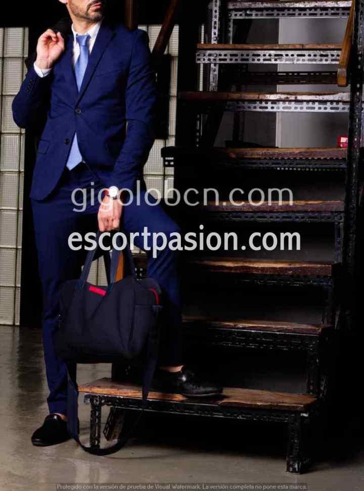 escort hombre en Barcelona con traje azul bien dotado