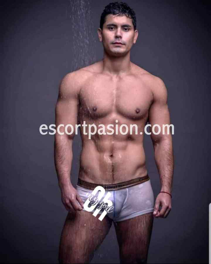hombre masajista con cuerpo atletico es muy pervertido