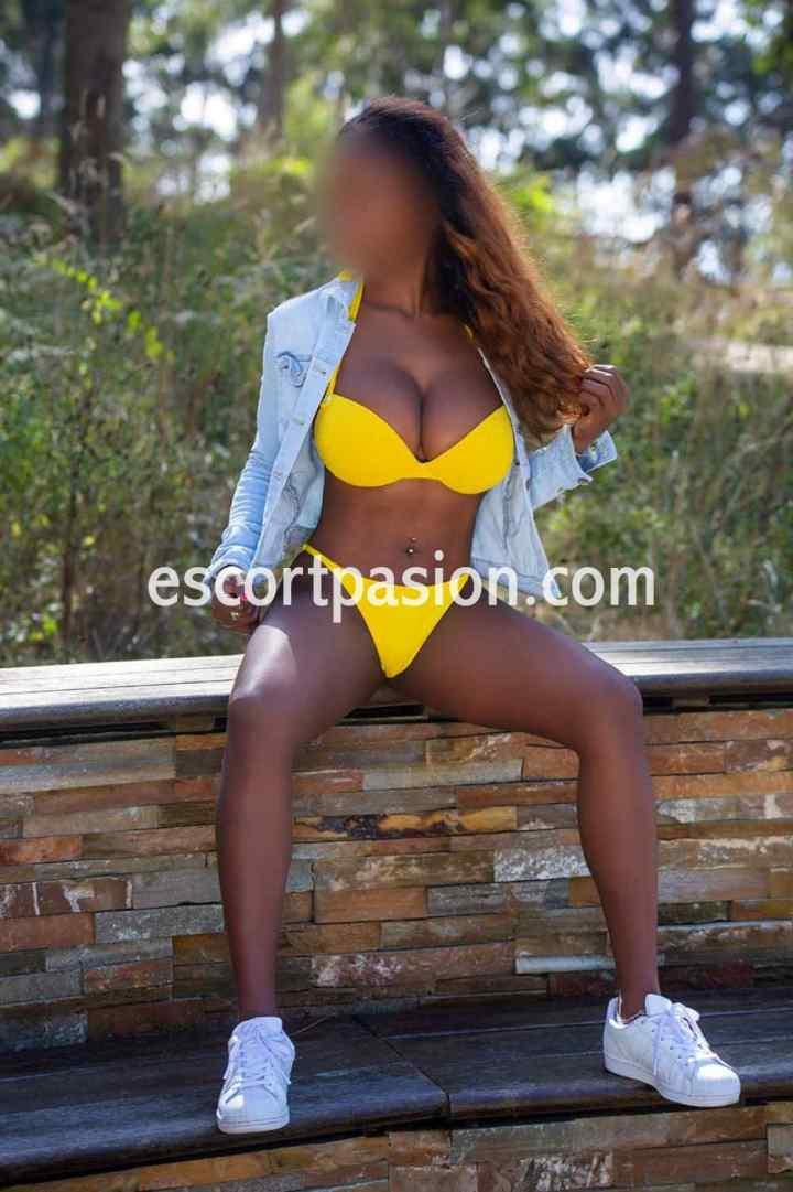 puta de pìel negra en bikini amarillo es muy buena haciendo francés salivado