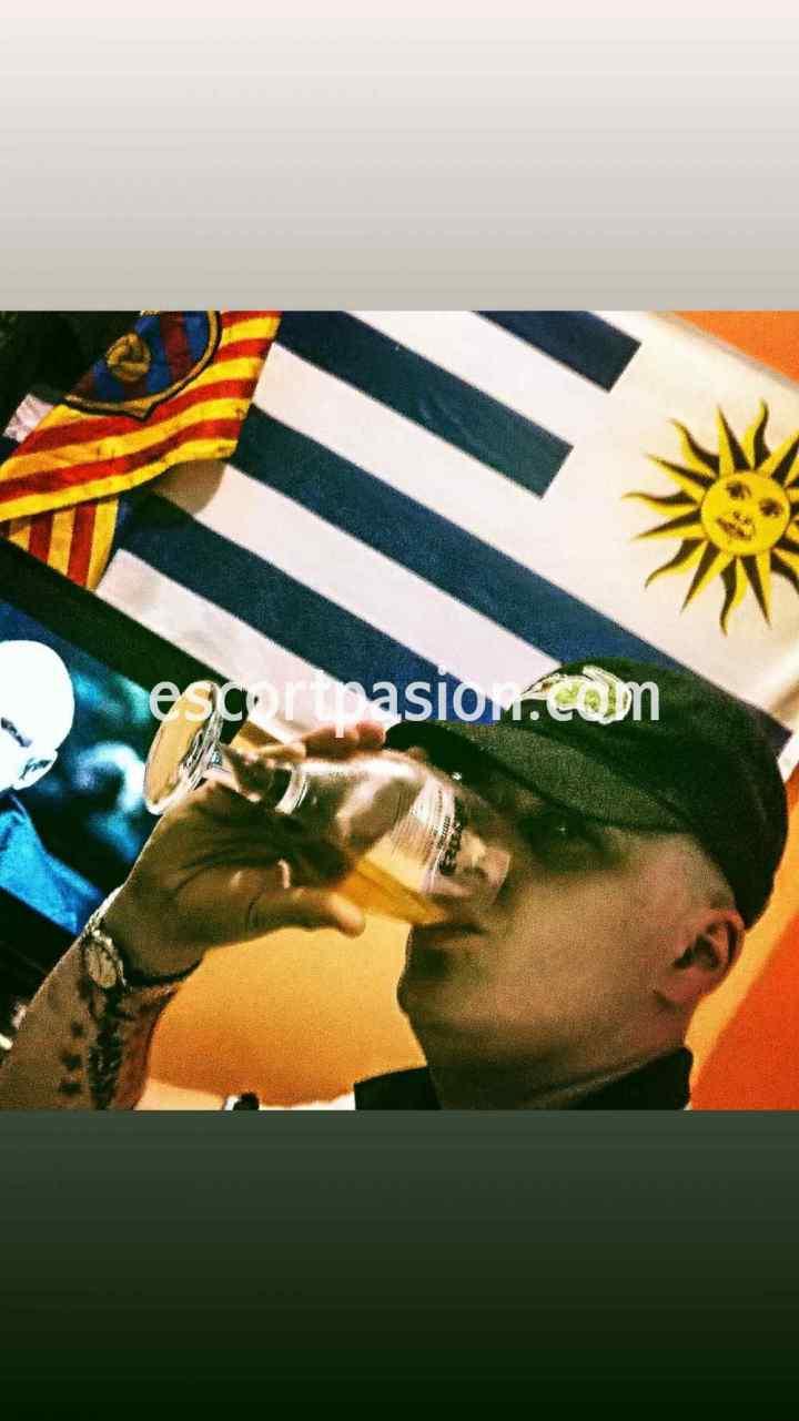 escort hombre argentino bebiendo vino