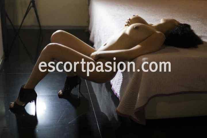 escort desnuda se hace una foto tocandose el coño hasta mojarlo