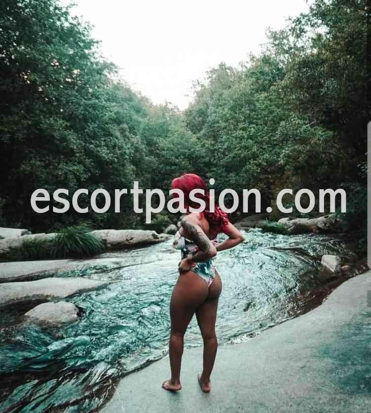 escort en Ibiza de cuerpo ardiente en bikini tiene buen culo