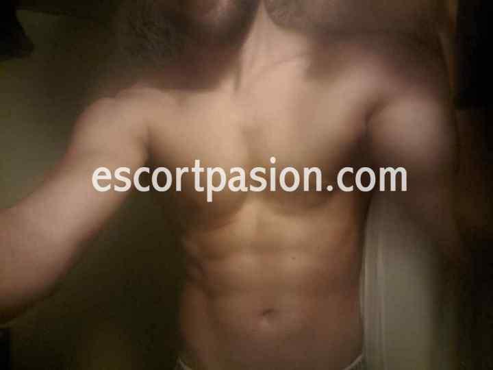 escort hombre en Barcelona de cuerpazo, tiene ojos verdes y es muy complaciente en la cama