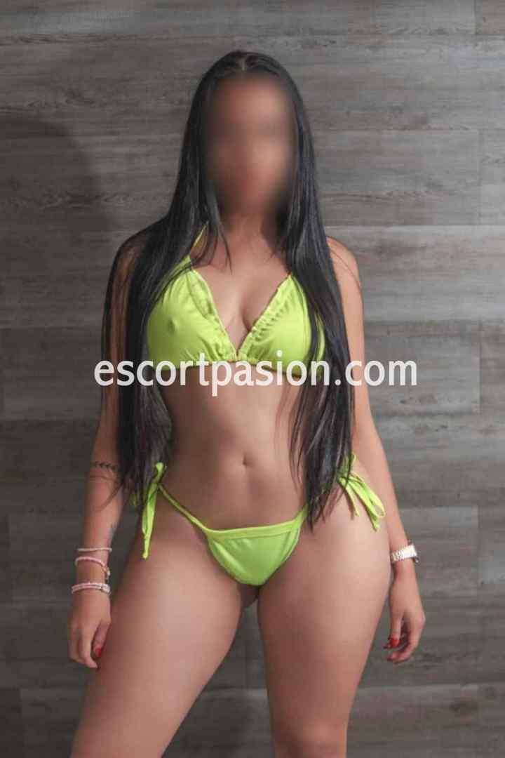 puta morena de cabello largo en bikini amarillo, tiene caderas grandes y cintura pequeña