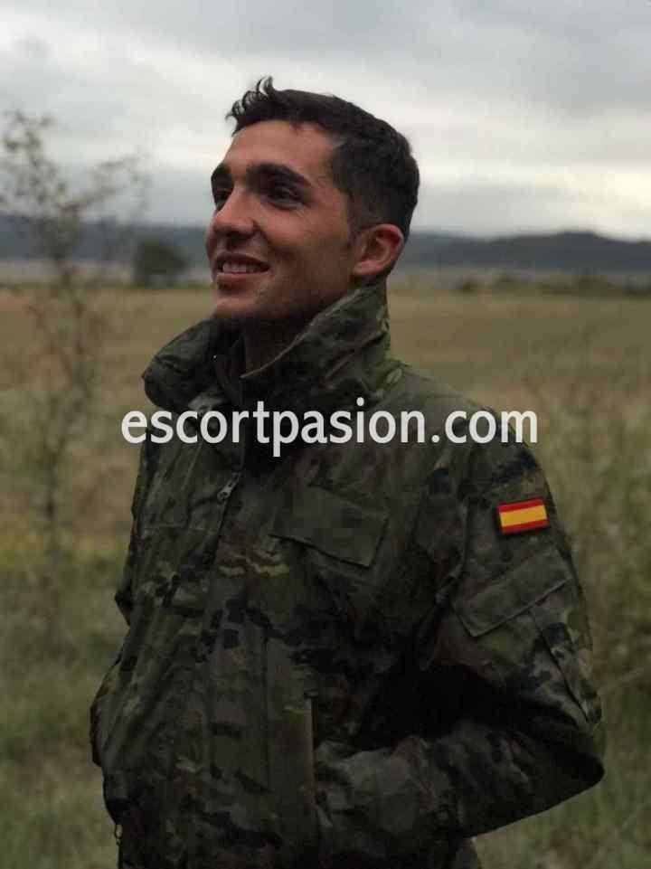 gigolo español militar es una caja de sorpresas en la cama