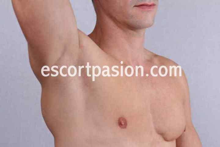 hombre escort de piel blanca guapo y seductor
