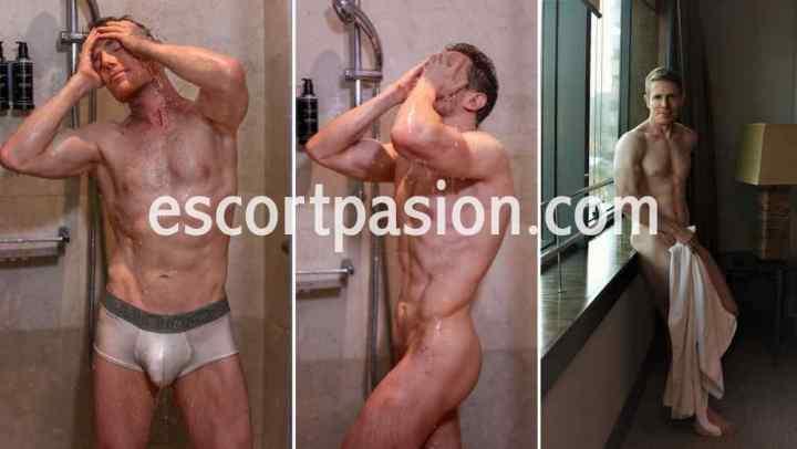escort masculino desnudo tomando una ducha, muestra lo sexy y vanidoso que es