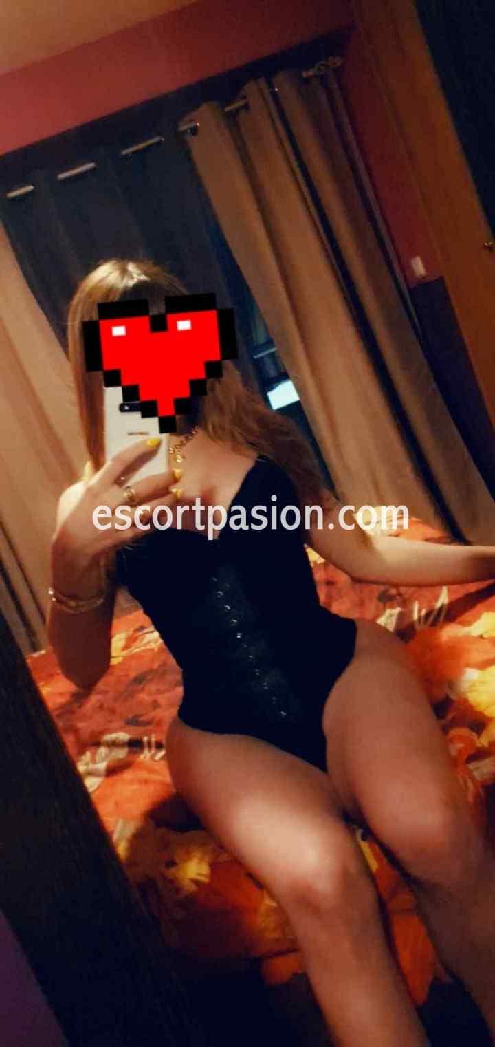 travesti muy femenina y dominante a la vez, desea ser empotrada por el culo