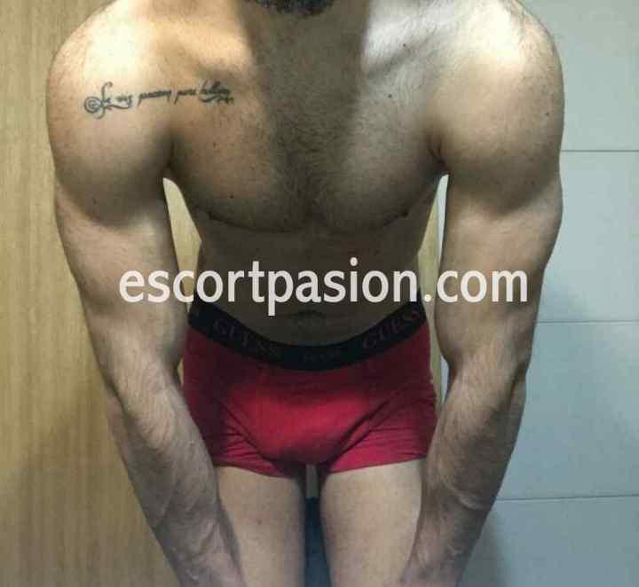 escort hombre en Girona en boxer muestra su cuerpo musculoso