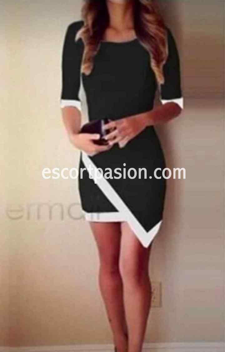 Luna, tu puta en Andalucía vestida con vestido negro