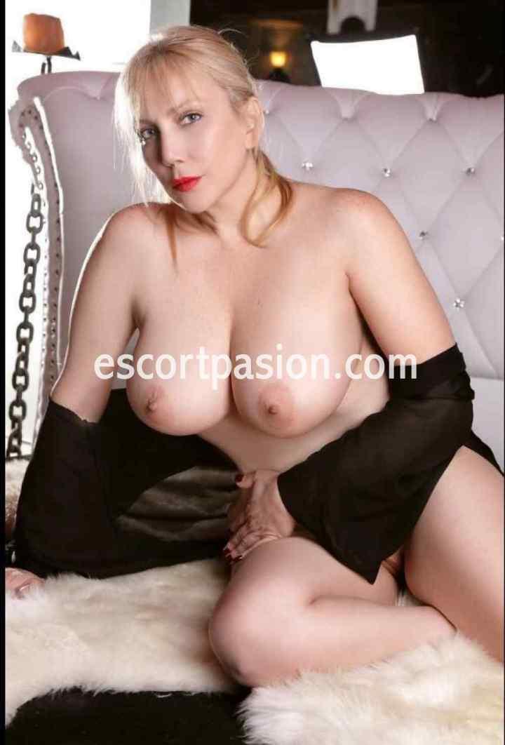 escort rubia de pechos grandes una diosa del sexo y orgasmos