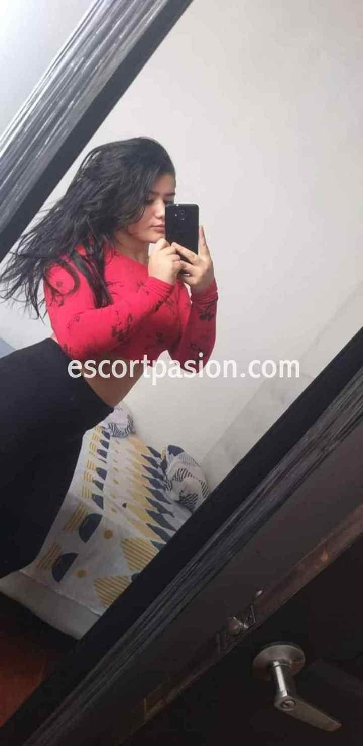 chica webcam de cabello negro hace shows eróticos, fotos y vídeos personalizados