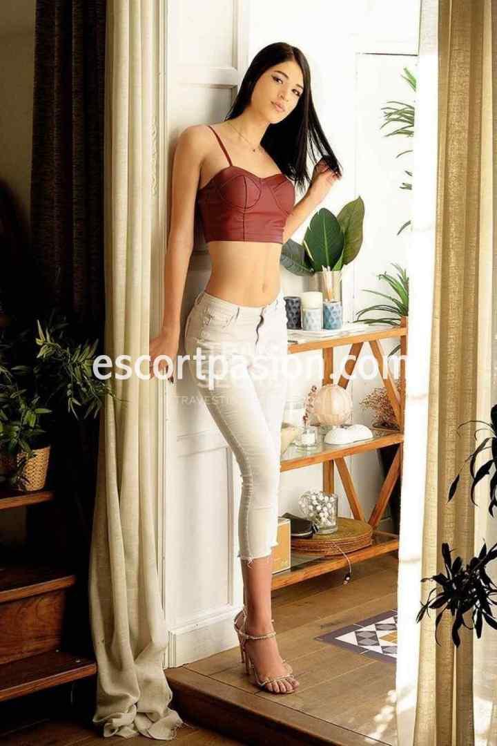 trans elegante y delicada es muy femenina, de cuerpo delgado y formado